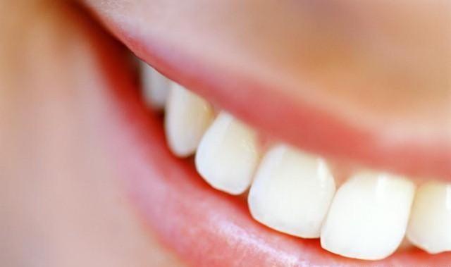 dentes_brancos_com_casca_fruta